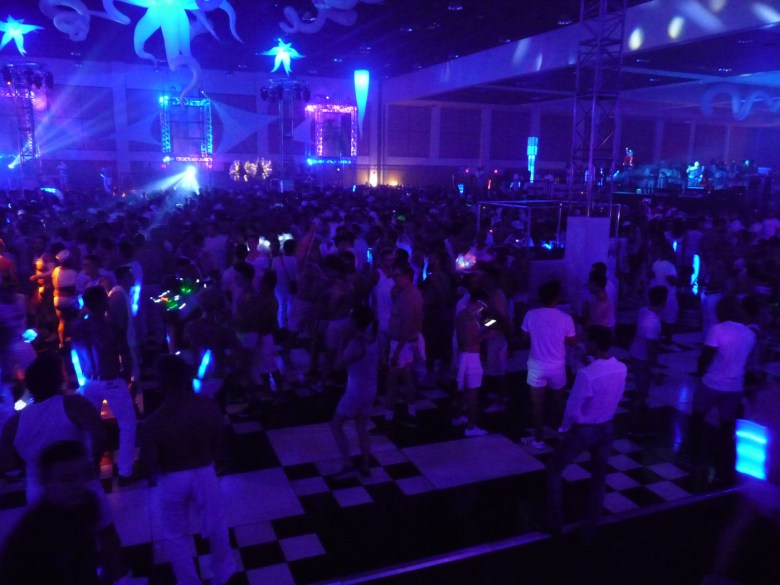 images/White Party 2015/the-crowd_17277290212_o