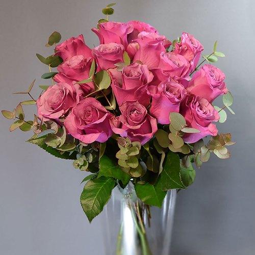 buket-ružičaste-ruže-sa-zelenilom