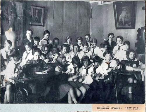 Швейный кружок в Пионерском клубе Центрального района