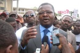 ::Koaci.com Lomé::Agbéyomé Kodjo (ph), s'exprimant à la presse en présence d'une foule venue le soutenir, au sortir de l'audience::