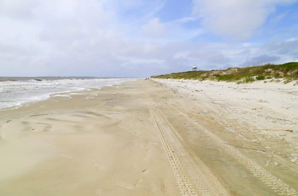 Looking down the beach on Jekyll Island with the surge of waves to the left and the sand dunes to the right. (Looking down the beach on Jekyll Island with the surge of waves to the left and the sand dunes to the right., ASCII, 109 components, 109 byte
