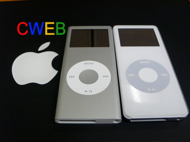 Apple_iPod_nano_grey_2G_and_white_1G-2006-09-15.jpg