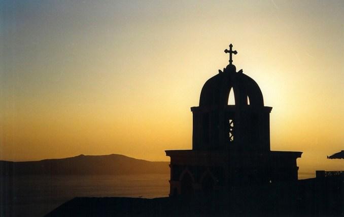 Soleil couchant sur une cathédrale de Thira