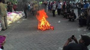 pembakaran-sandal