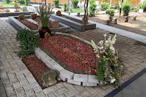 Lintas Religi dan Bertafakur di Makam Gus Sholah Jombang