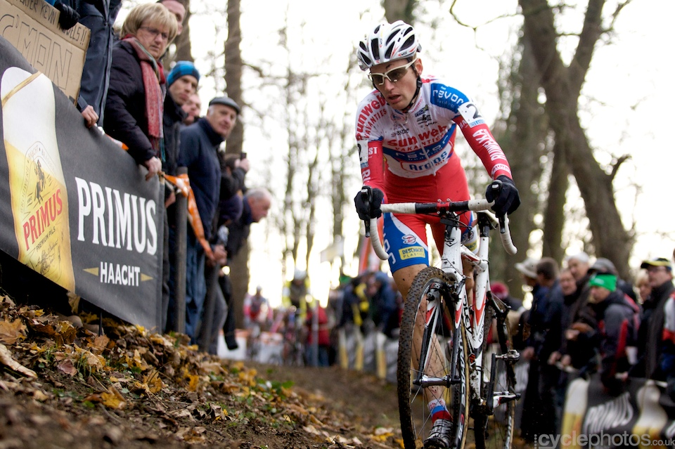 Kevin Pauwels was the almost the only one who dismounted the bike on the drive-side - in this off-camber corner that was the better option.