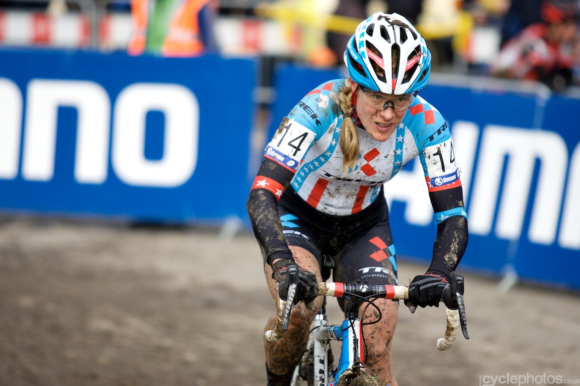 After a forgettable start, Katie Compton worked her way up to the front of the race and she left the opposition behind in the last lap, riding to the finish line on her own. This win was an important step towards her goal to win the overall title