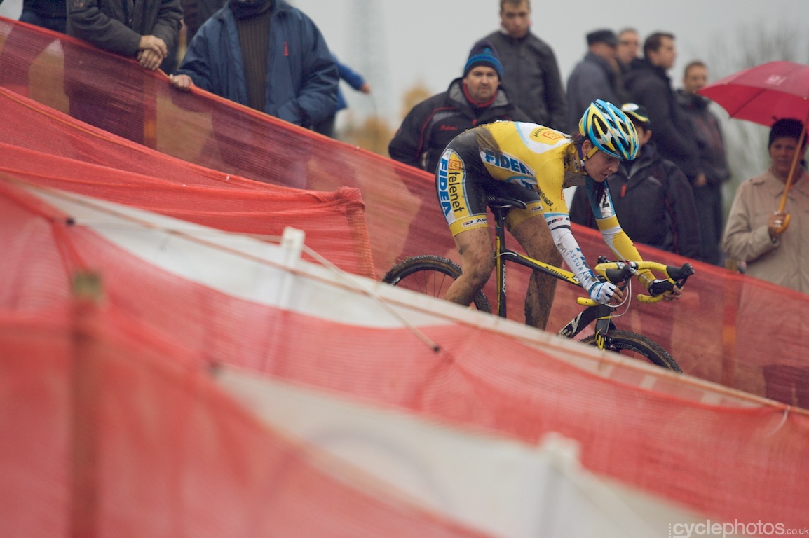 Nikki Harris in the penultimate lape of the Soudal Classics cyclocross race in Niel, Belgium. Photo by Balint Hamvas / Cyclephotos.co.uk