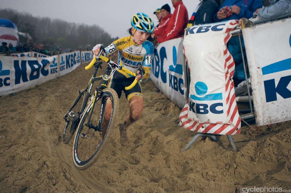 Nikki Harris in the second lap of the cyclocross World Cup race in Koksijde, Belgium. Photo by Balint Hamvas / Cyclephotos.co.uk