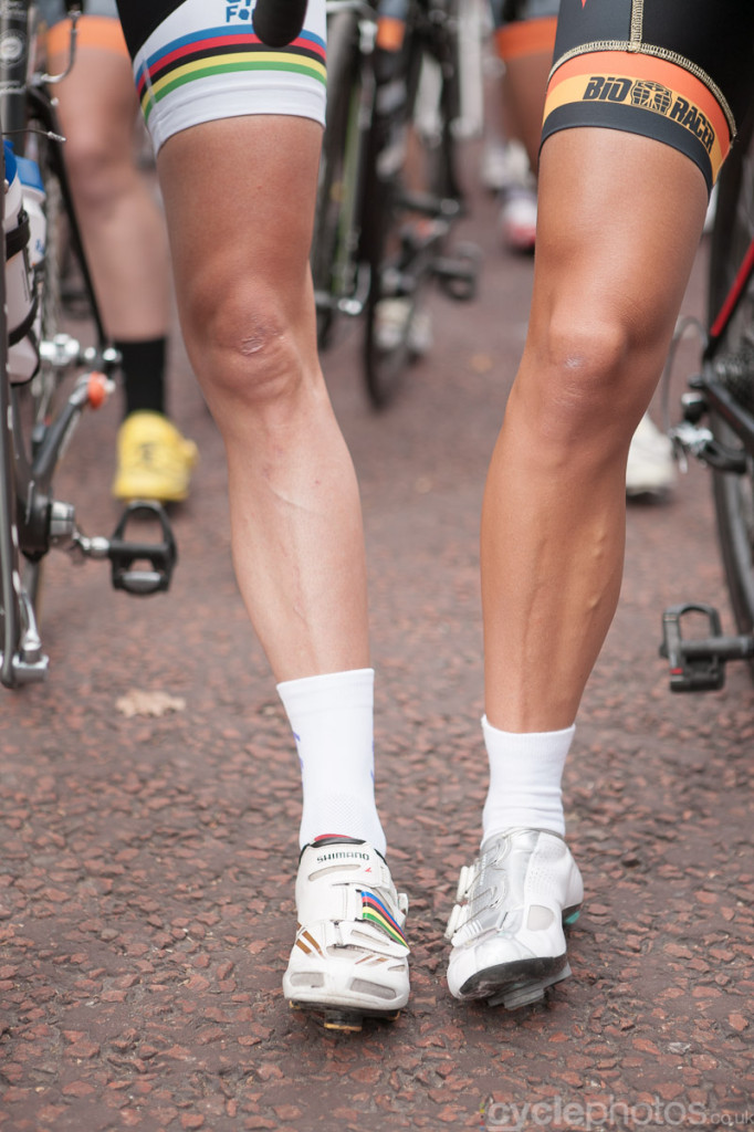 Leg-off between Marianne Vos and Lizzie Armitstead before the 2014 Prudential RideLondon Grand Prix.