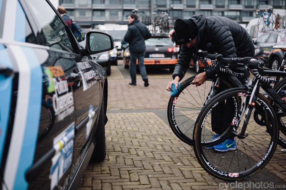 2015-womens-road-103127-ronde-van-drenthe-bike-cleaning