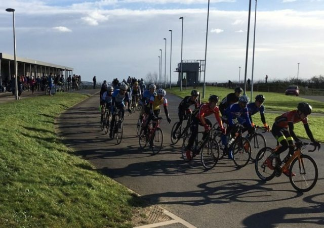 The bunch heads off, leaving our novice rider desperately trying to clip in