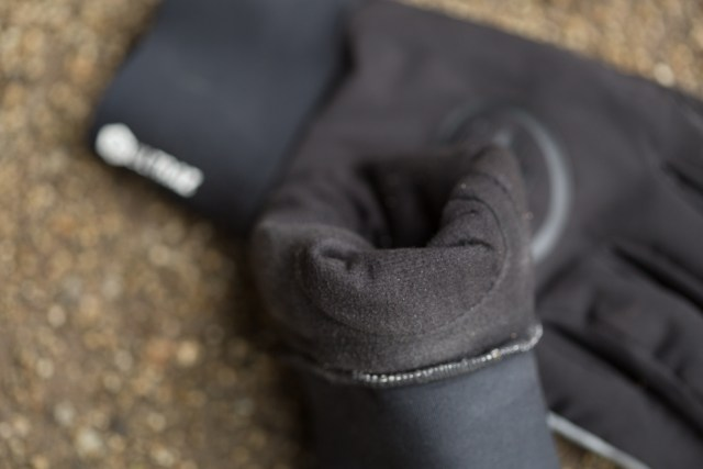 detail image of the inside fleece lining of the Assos Ultraz Winter Glove