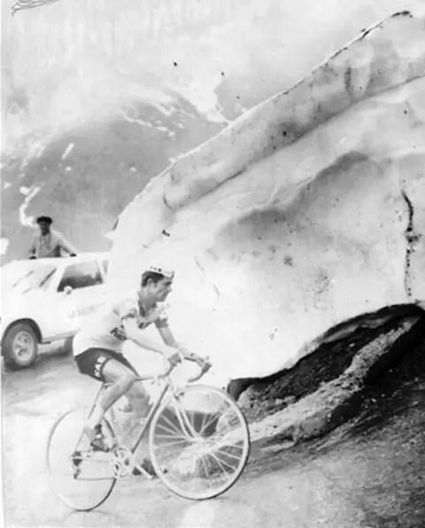 José Manuel Fuente climbing Passo dello Stelvio, 1972