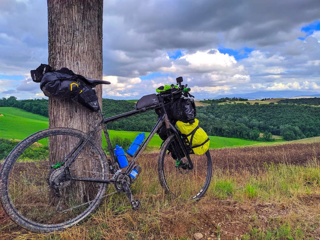 Bikepacking: come organizzare la propria bici per un viaggio senza portapacchi