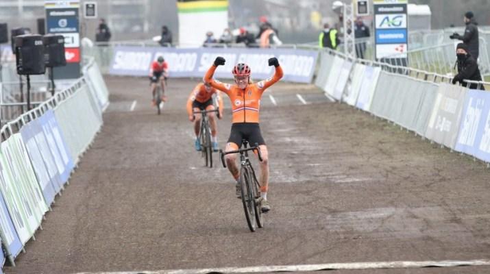 Fem van Empel Championne du monde espoir Couverture - Championnats du monde de cyclo-cross 2021 - Alain Vandepontseele