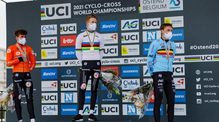 Podium Espoirs hommes - Ryan Kamp Pim Ronhaar Timo Kielich - Championnats du monde cyclo-cross 2021 - Alain Vandepontseele