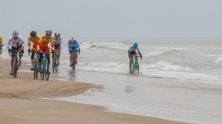Ondrej Glajza dans l'eau - Championnats du monde de cyclo-cross 2021 - Alain Vandepontseele