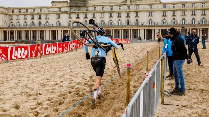 Wout van Aert à Pied Vanthourenhout - Championnats du monde de cyclo-cross 2021 - Alain Vandepontseele