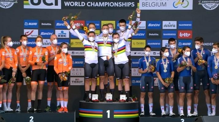 Podium Pays-Bas Allemagne Italie - Contre-la-montre Relais Mixte - Championnats du monde Flandre 2021 - Capture Eurosport