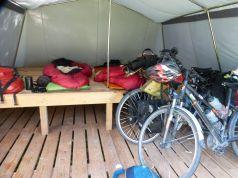 Chouette, pas besoin de monter la tente, ce soir on dort dans des tentes d'une classe verte