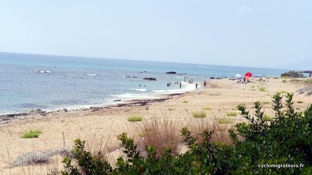 Plage tranquille pas loin de la plage bondée