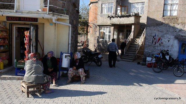 La maison d'Hussein, le mini market et les femmes