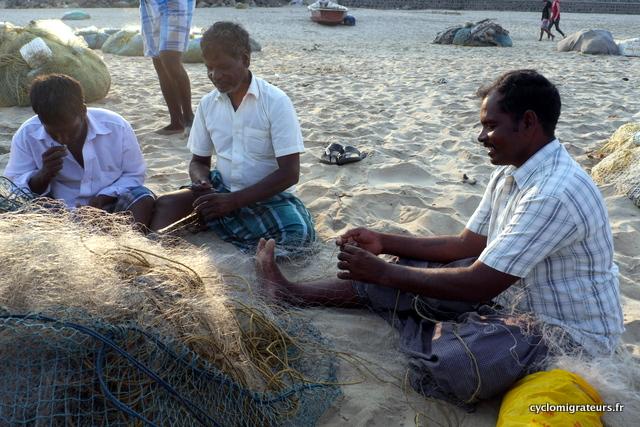 Pêcheurs réparant leurs filets