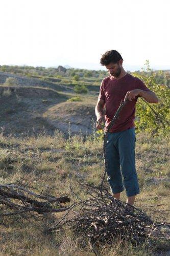 Jonathan prépare le feu de bois