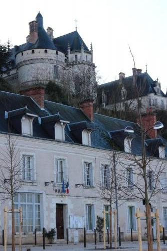 Mairie et chateau de Chaumont sur Loire