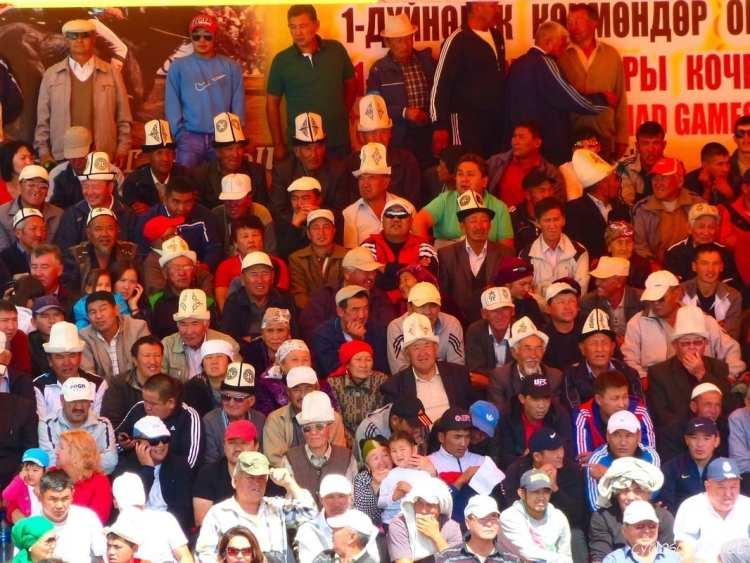 Cholpon Ata ippodromo kolpok tradizionale cappello Kyrgyzo di feltro