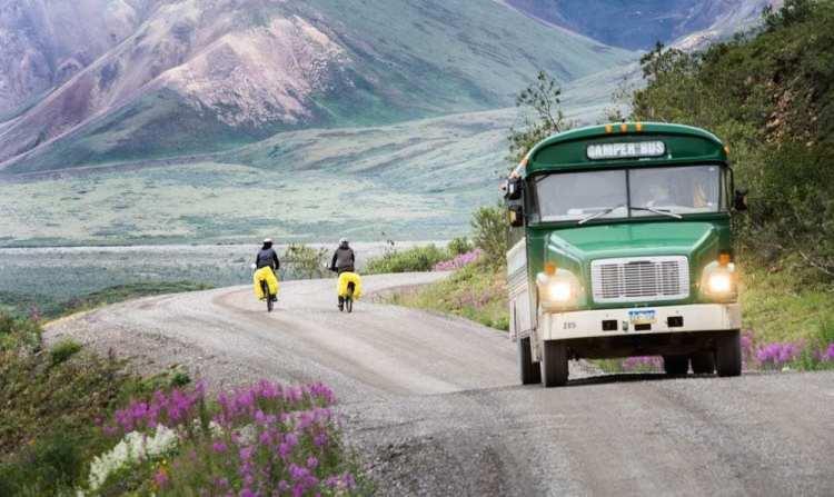 autobus sorpassa ciclisti