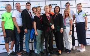 Representanter från Vätternrundan, Cykelcentrum, Trafikutskottet och Vätternrundans samarbetspartners står uppställda framför sponsortavlan.