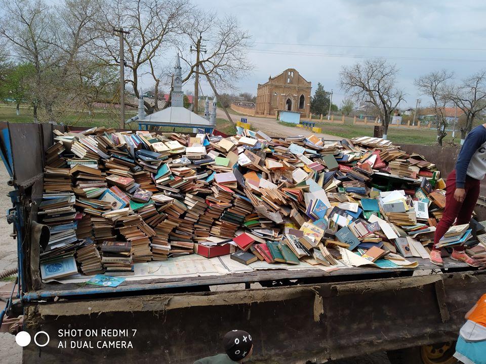З сільської бібліотеки і школи вивозять, як сміття книги та іншу літературу (ФОТО)
