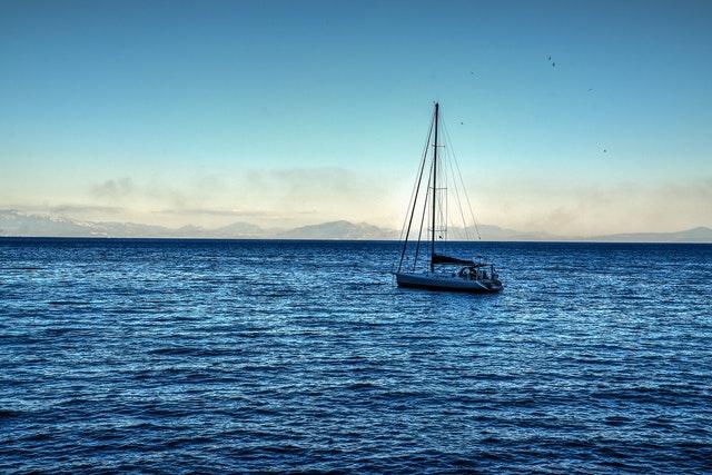大海に漕ぎ出すヨット