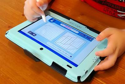 スマイルタブレットで消しゴムを使う小学生