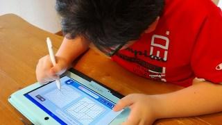 スマイルゼミのタブレットで消しゴムを使う小学生