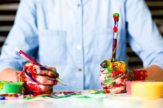 油絵具で手がべたべたな人