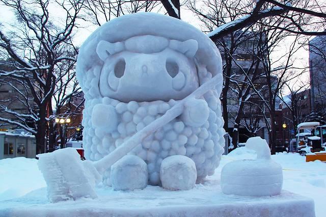 かわいい羊の雪像