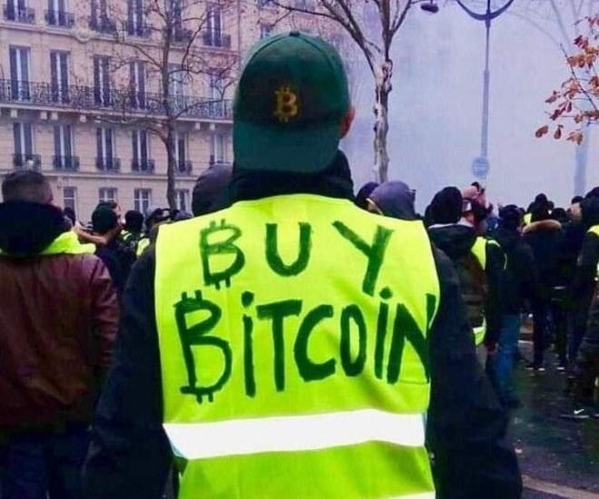 Protestantes franceses llevan chalecos con el texto «Compra Bitcoin» a raíz del aumento en impuestos