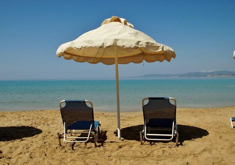 Prywatne leżaki na publicznej plaży w Protaras