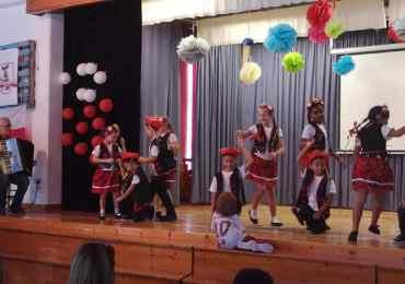 Krakowiak w wykonaniu uczniów szkoły w Paralimni