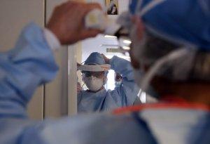 Coronavirus: Λιγότεροι θάνατοι Covid-19 τις τελευταίες δύο εβδομάδες μετά τον τεράστιο αριθμό των Ιανουαρίου