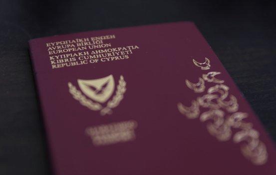 Η κυβέρνηση επιδιώκει να υποβαθμίσει τα ευρήματα σχετικά με το διαβατήριο