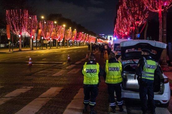 Η γαλλική αστυνομία έκλεισε ένα τεράστιο κόμμα που αψηφά τους περιορισμούς του Covid-19 (Ενημερώθηκε)