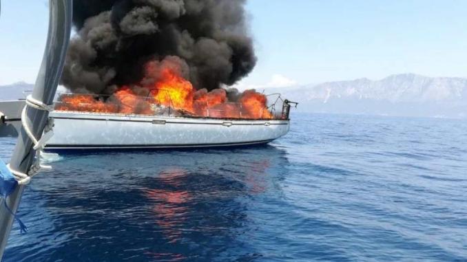 Ζάκυνθος: Ιστιοπλοϊκό πήρε φωτιά και βυθίστηκε