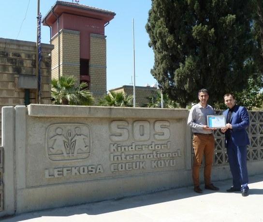 Ahmet Akarsu presents Ali Güneş with a certificate