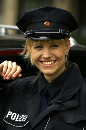 Polizistin auch mit Brustimplantaten