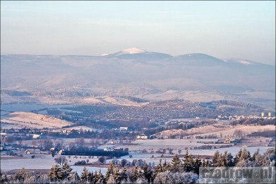 Widok na Czadrów i Kamienną Górę z wyrobiska skalnego kopalni melafiru