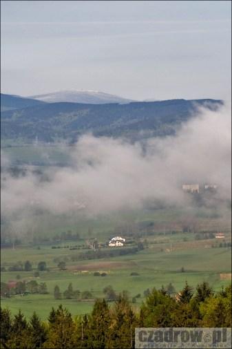 Widok na Czadrów z wyrobiska skalnego kopalni melafiru